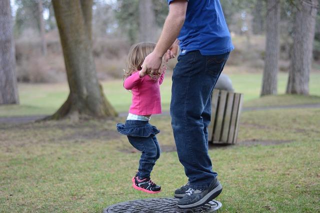 otec a dcera při skákání