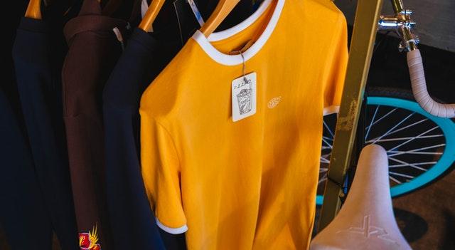 trička na ramínku, žluté vepředu