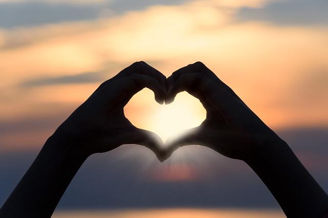 srdce z rukou, západ slunce