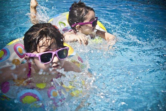Plavající děti